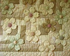 A sweet subtle quilt from Ulla's Quilt World: Quilt blanket - Japanese flowers Patchwork Quilting, Applique Quilts, Hand Applique, Applique Patterns, Quilt Patterns, Flower Quilts, Fabric Flowers, Dogwood Flowers, Mini Quilts