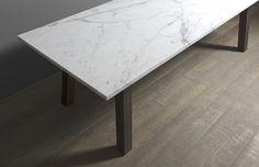 Tavolo in legno con piano in marmo calacatta.