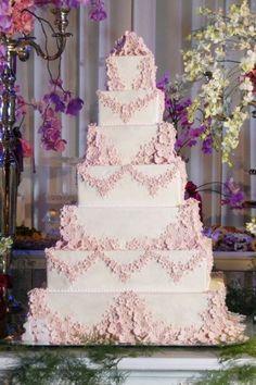 As flores em pasta americana dão um toque romântico a esse bolo de sete andares confeccionado por Adriana Pessoa, da Bom Bocado, para uma festa de debutante
