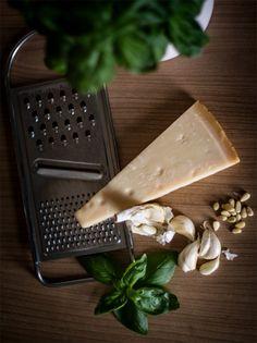La ricetta di oggi è un sugo crudo molto buono e rinfrescante. Il pesto alla Genovese. Si usa, normalmente, por condire paste asciutte, meglio se casarecce. È un sugo crudo, tipicamente mediterrane…