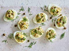 Klassinen sillikaviaari tarjotaan tällä kertaa kananmunanpuolikkaista.