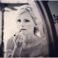 Bride getting ready. #brud #bride #bryllup #bride2be #bridezilla #bryllupsbilleder #bryllupsfotograf #wedding #weddingday #weddingdress #weddingideas #weddingstuff #weddingstyle #weddinginspiration #weddingphotography #weddingphotographer