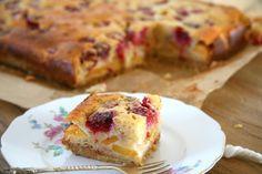 Plaatcake met frambozen en perzik