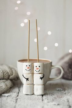 hot chocolate bar Hot chocolate and marshmallow snowmen by Ruth Black for Stocksy United Christmas Coffee, Christmas Mood, Noel Christmas, Christmas Goodies, Christmas Desserts, Christmas Treats, Christmas Hot Chocolate, Christmas Breakfast, Christmas Morning