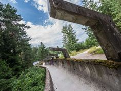 Auch die einst berüchtigte Rennrodel-Bahn schlängelt sich heute durch ein Waldstück und scheint nur ... - Fotokon / Shutterstock.com