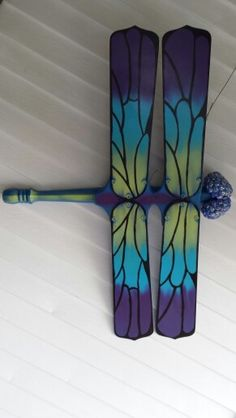 Let giant dragonflies invade your garden or yard by upcycling old ceiling fan blades! This outdoor decor is sure to make passers-by take a second look. Don't have an old ceiling fan? Why not search your local thrift store? And while you're there go loo Fan Blade Dragonfly, Dragonfly Yard Art, Dragonfly Crafts, Dragonfly Painting, Dragonfly Wings, Outdoor Crafts, Outdoor Art, Outdoor Decor, Wood