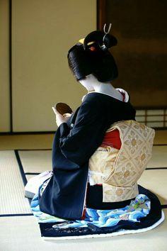 "geisha-kai: "" November geiko Sayaka of Gion Kobu dressed in formal kimono and obi (SOURCE) She's been a geiko for almost whole three years! Japanese Geisha, Japanese Beauty, Japanese Kimono, Japanese Art, Kyoto, Kabuki Costume, Geisha Art, Modern Pictures, Japanese Aesthetic"