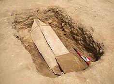 Ataúd de plomo (360 kg) con más de 1.500 años de antigüedad en la  antigua ciudad romana de Gabii, a unos 18 kilómetros al Este de Roma. Encontrado por Jeffrey Becker, Universidad de Michigan