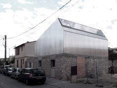 in this landscape of toulousan suburb, this construction reinterprets the house's typology on characteristic of the brickyard street. In contrast with the preserved built base, the texture of which is voluntarily highlighted by a distemper of lime, the new construction, realized completely in metallic light skeleton, aims towards the abstraction  (by bast - bureau architectures sans titre)