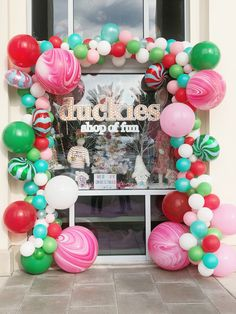 Organic balloon garland by Mingle for duckies retail shop located in seaside Florida. Christmas Balloons, Diy Christmas Garland, Christmas Room, Christmas Store, Christmas Decorations, Balloon Backdrop, Balloon Decorations Party, Balloon Garland, Balloon Ideas
