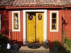 Elins Stuga: Min bror och svägerska bjuder in oss i sitt torp Swedish Cottage, Red Cottage, Cozy Cottage, Cottage Style, Exterior Paint, Interior And Exterior, Sweden House, Pacific Homes, Red Houses