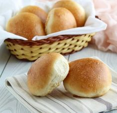 Quick and easy homemade hamburger bun recipe! This one hour brioche bun recipe makes the best soft brioche rolls! Make them with white whole wheat flour for a healthy burger bun. Gourmet Recipes, Sweet Recipes, Cookie Recipes, Scd Recipes, Gourmet Foods, Focaccia Pizza, Challah Bread Recipes, Homemade Hamburgers, Homemade Hamburger Buns