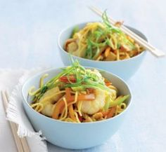 This spicy specialty of Singapore uses a mixture of Chinese ingredients and Indian spices to create a distinctive and delicious stir-fried noodle dish. Seafood Recipes, Diet Recipes, Cooking Recipes, Healthy Recipes, Healthy Foods, Spicy Singapore Noodles Recipe, Asian Recipes, Ethnic Recipes, Sweet Chilli