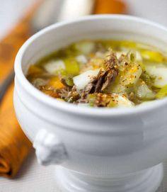 Excellente recette d'hiver, la soupe au confit de canard peut faire office d'entrée mais aussi de repas complet. Carotte, pomme de terre et poireau, voici les ingrédients