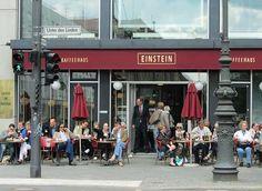 """Café Einstein, Berlino. È stato di fondamentale importanza cercare l'immagine per capire cosa intendesse esattamente l'autore con """"liver-colored canopies above each window"""". Inizialmente pensavo che liver-colored fosse più sul marrone, ma è chiaro che non è così."""