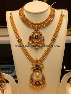 Antique gold necklace and haram set, chandbali shaped pendant and earrings set. Heavy designer bridal gold necklace with kundan pendant. 24k Gold Jewelry, Gold Jewelry Simple, Gold Jewellery Design, Gold Bangles, Jewelery, Diamond Jewellery, Gold Ring, Jewelry Model, Schmuck Design