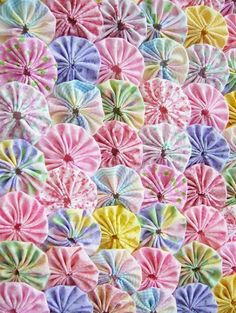 yoyos can be used for quilts, crafts and scrapbooking. Quilting Projects, Sewing Projects, Fabric Crafts, Sewing Crafts, Fabric Flower Necklace, Yo Yo Quilt, Baby Quilts, Fabric Flowers, Quilt Blocks
