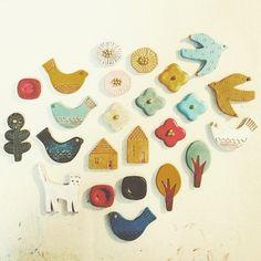 小さくて可愛いブローチは陶芸初心者でも挑戦しやすいおすすめのアイテムです。お気に入りのデザインが決まったら、さっそく形を作って焼いてみましょう!たくさん作って誰かにプレゼントするのもいいですね☆ Ceramic Jewelry, Ceramic Clay, Polymer Clay Jewelry, Clay Crafts, Diy And Crafts, Mixed Media Jewelry, Baubles And Beads, Cold Porcelain, Clay Beads