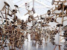 Een installatie van 886 antieke krukjes.