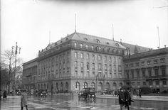 The original Hotel Adlon, 1926 Hotel Adlon es un clásico hotel situado en el bulevar Unter den Linden de Berlín frente a la Puerta de Brandenburgo, cerca del Checkpoint Charlie y del Monumento a los judíos de Europa asesinados.