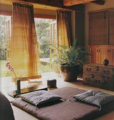 和室とカーテンをコーディネートした例。自然な色合いでまとめています。カーテンにしたことで、和風モダンな雰囲気がでていますね!