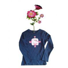 T-shirtje donkerblauw met prinses en vogeltje. Mooi bewerkt met strikjes en bloemetjes. Maat 110/116. Afwijkende kleuren en maten op aanvraag. Mail ons voor meer informatie info@bygek.com
