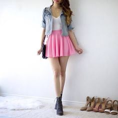 Saia solta botina blusa branca e jaqueta dins. School Outfits, Pink Skirt Outfits, Girly Outfits, Black Skater Skirt Outfit, Outfits For Teens, Spring Outfits, Casual Outfits, Cute Outfits, Mini Skirts