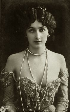 Lina Cavalieri - le Belle Epoque beauty and Italian Opera Star. <<-- Mostly pinning for the dress and the pearls Images Vintage, Photo Vintage, Vintage Pictures, Vintage Photographs, Vintage Postcards, Vintage Glamour, Vintage Beauty, Vintage Fashion, Belle Epoque