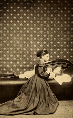 Creepy post-mortem pictures from the Victorian era that will haunt you forever - thelikebible Winter Photography, Newborn Photography, Photography Poses, Spirit Photography, Shadow Photography, Photography Magazine, Photography Website, Fashion Photography, Memento Mori
