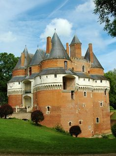 Château de Rambures, Somme, Picardy, France (So many places, so little time! Chateau Medieval, Medieval Castle, Medieval Houses, Castle Ruins, Castle House, Beautiful Castles, Beautiful Buildings, Chateau Moyen Age, Modern Castle