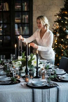 Make Christmas Decorations - 49 Decorating Ideas for a Beautiful Party Table - Decorations & Holiday Decor Christmas Table Settings, Christmas Tablescapes, Christmas Decorations To Make, Holiday Decor, Holiday Tablescape, Holiday Style, Christmas Candles, Tree Decorations, Noel Christmas