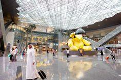 L'aéroport international Hamad est l'aéroport international de Doha,.. Il remplace l'aéroport international de Doha et sert de base pour la compagnie Qatar Airways.