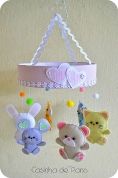 DIY felt beaded animal baby mobiles with paper hearts - hanging crafts, diy animal mobile Baby Crafts, Felt Crafts, Crafts For Kids, Diy And Crafts, Baby Mobile Felt, Felt Baby, Baby Mobiles, Hanging Mobile, Felt Patterns