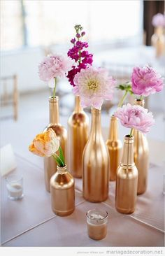 C'est ton choix: argentés ou dorés. Peigniez les bouteilles du couleur que vous voulez et lequel que combine le mieux avec la déco de votre mariage. Allez-y, choisisez des bouteilles différen…