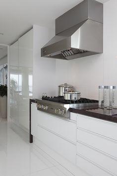 Apartamento contemporâneo e masculino. Projeto da arquiteta Vivian Coser traz elegância e design ao lar de um solteiro na casa dos 50 anos.
