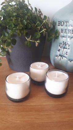 Voici un modèle en verre teinté noir, avec quatre parfums disponibles: mûre/myrtille, fleur d'oranger, fleurs de Grasse et figue ! Ainsi, Voici, Tea Lights, Creations, Candles, Scented Candles, Orange Blossom, Blueberries, Figs