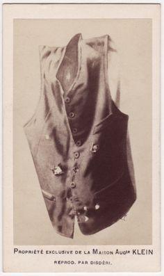 Chaleco que portaba Maximiliano I de México el día de su ejecución, se pueden apreciar los orificios de las balas.