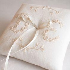 イニシャル刺繍のリネンリングピロー