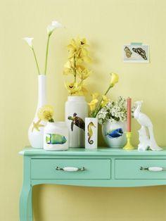 Exotische Meeresbewohner zieren diese schlichten weißen Vasen. Wie das geht? Ganz einfach! Folgen Sie einfach Schritt für Schritt dieser Gratisanleitung.