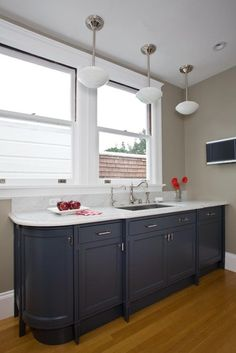 Personalize your kitchen with navy kitchen cabinet. We have a lot of ideas to see from this Stunning Navy Kitchen Cabinets Ideas You Have Must See. Kitchen Cabinets On A Budget, Kitchen Cabinet Design, Painting Kitchen Cabinets, Kitchen Paint, Kitchen And Bath, Küchen Design, House Design, Design Ideas, Small Narrow Bathroom