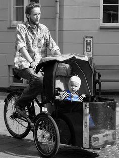 Modelos típicos de Copenhagen, essas bikes com carrinhos acoplados servem para transportar as crianças. Uma graça, não? #fashion #bike