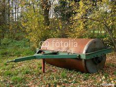 Alte Ackerwalze mit rostiger Lauffläche auf einem Bauernhof bei Bielefeld in Ostwestfalen-Lippe