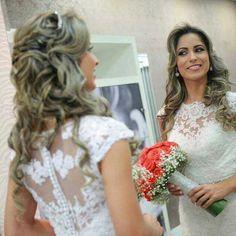 A nossa noiva Alessandra ficou maravilhosa com um conjunto perfeito: vestido + buquê + cabelo solto + sorriso cativante!  #details #detalhes #dream #dress #dresses #vestido #vestidodenoiva #weddingday #weddingphotography #wedding #weddings #weddingdress #beautiful #bride #brides #bridal #casamento #noiva #noivas #l4l #like4like #inspiração #instagood #chegouodia #buquedenoiva