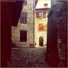 Borghi che profumano di storia. La #PicOfTheDay #turismoer di oggi passeggia per i vicoli nascosti di #Vigoleno (#Piacenza). Complimenti e grazie a @sarabesenzi / Hamlets that smell of history. Today's #PicOfTheDay #turismoer strolls through the hidden alleys of #Vigoleno (#Piacenza). Congrats and thanks to @sarabesenzi
