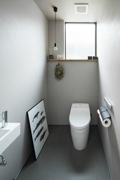 通常よりも少し広めのトイレ空間です。窓台兼用の飾り棚には、小物などを置いて。 #ルポハウス #設計士とつくる家 #注文住宅 #デザインハウス #自由設計 #マイホーム #家づくり #施工事例 #滋賀 #おしゃれ #トイレ #ゆったり #シンプル #飾り棚