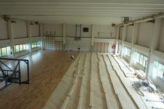 Fasi di posa del nuovo parquet sportivo nella più grande delle due palestre di Pasian di Prato