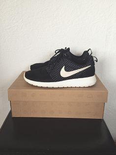 "Roshe Run ""Night Snow"" t 38,5 via lecoindelodie. Click on the image to see more!"