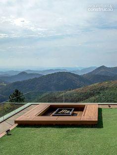 O guarda-corpo de vidro autoportante, temperado e laminado (duas folhas de 10 mm cada uma) oferece segurança sem obstruir a vista das montanhas. As chapas, que alcançam 1 m de altura acima do solo, estão 15 cm engastadas numa base de concreto.