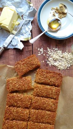 Ginger and coconut flapjacks - easy to make chewy oat bars flavoured with ginger and coconut. The perfect energy boosting sweet treat. Brownie Recipes, Cookie Recipes, Crunchie Recipes, Flapjack Recipe, Oat Bars, Gingerbread Cake, Vegan Treats, Vegan Food, Dessert Bars