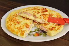 Retete Culinare - Placinta cu foi de cartof, sunca si cascaval, la tigaie